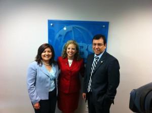 Debbie Wasserman Schultz con los empresarios María Antonietta Díaz y Jorge Fernández