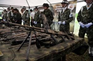 Soldados del ejercito colombiano custodian arsenal incautado a las Farc