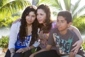Cecilia Soza (izq.) y su hermano Ronald Soza junto a Nora Sandigo.