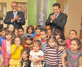 Filemon López de Comcast y el Alcalde de Hialeah con ninos de la ciudad
