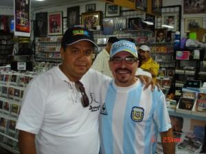 Junior Gonzalez junto al periodista Jairo Cuba