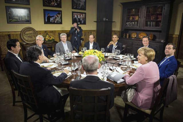 De izq a der vemos al primer ministro japonés, Yoshihiko Noda; a su homólogo italiano, Mario Monti; el primer ministro canadiense, Stephen Harper; el presidente francés, Francois Hollande; su homólogo estadounidense, Barack Obama; el primer ministro británico, David Cameron; su homólogo ruso, Dmitri Medvédev; la canciller alemana, Angela Merkel; el presidente del Consejo Europeo, Herman van Rompuy, y el presidente de la Comisión Europea, Jose Manuel Durao Barroso