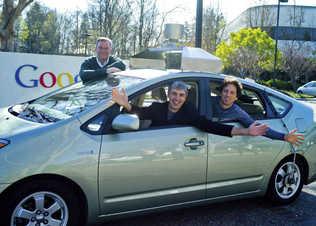 Funcionarios de Google transitan en el Toyota con piloto automático