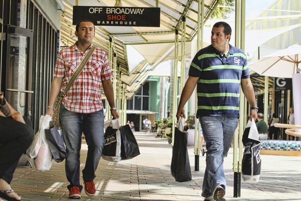 Camilo Puentes, izq., y Alexander Pullido, de Bogotá, de compras en el Sawgrass Mills Mall en Sunrise/ Sun Sentinel