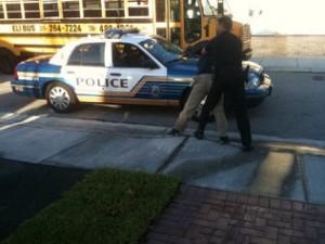 Arrestan a joven en una escuela