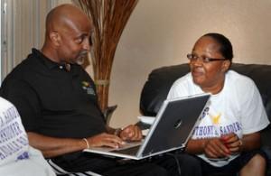 EL CANDIDATO a comisionado en Hallandale Beach, Anthony Sanders y su esposa, Jessica analizan los resultados electorales en internet.