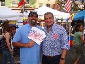 Jairo Cuba con el comisionado de Weston Angel Gomez