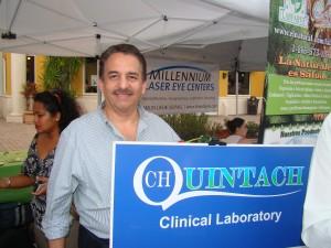 El Dr. Laureano Chileuitt representando al laboratorio clínico Quintach