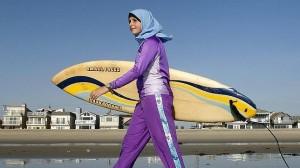 Turista musulmana practicante de surfing en California