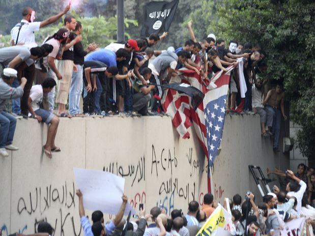Manifestantes queman bandera de Estados Unidos