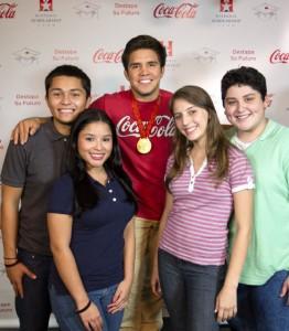 Medallista Henry Cejudo junto a un grupo de estudiantes hispanos