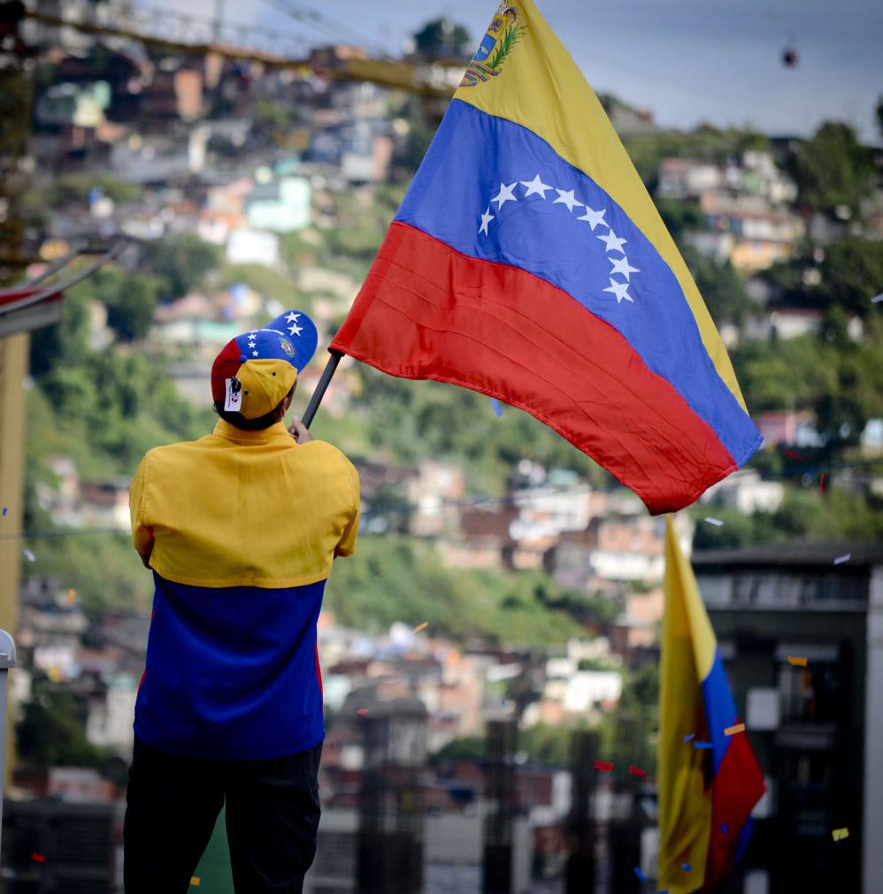 Capriles ondea la bandera venezolana durante su cierre de campana en Caracas