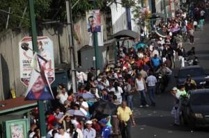 Gente en cola votando