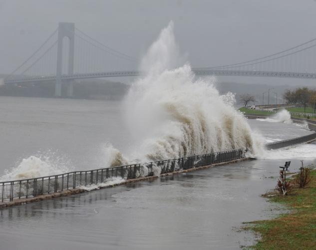 Sandy toca con fuerza en Nueva York con vientos de 135 kms por hora