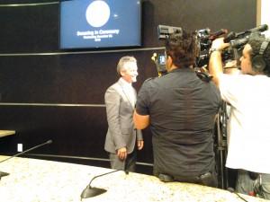 El nuevo alcalde declarando a los medios
