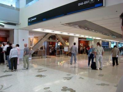 Investigan bolsa sospechosa encontrada en aeropuerto de Miami