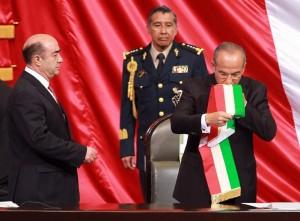 Calderon besa la bandera mexicana