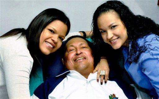 Chavez en cama asistido por sus hijas en foto reciente desde La Habana