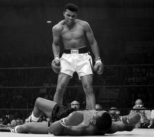 Muhammad Ali noquea a Sonny Liston en su segunda pelea