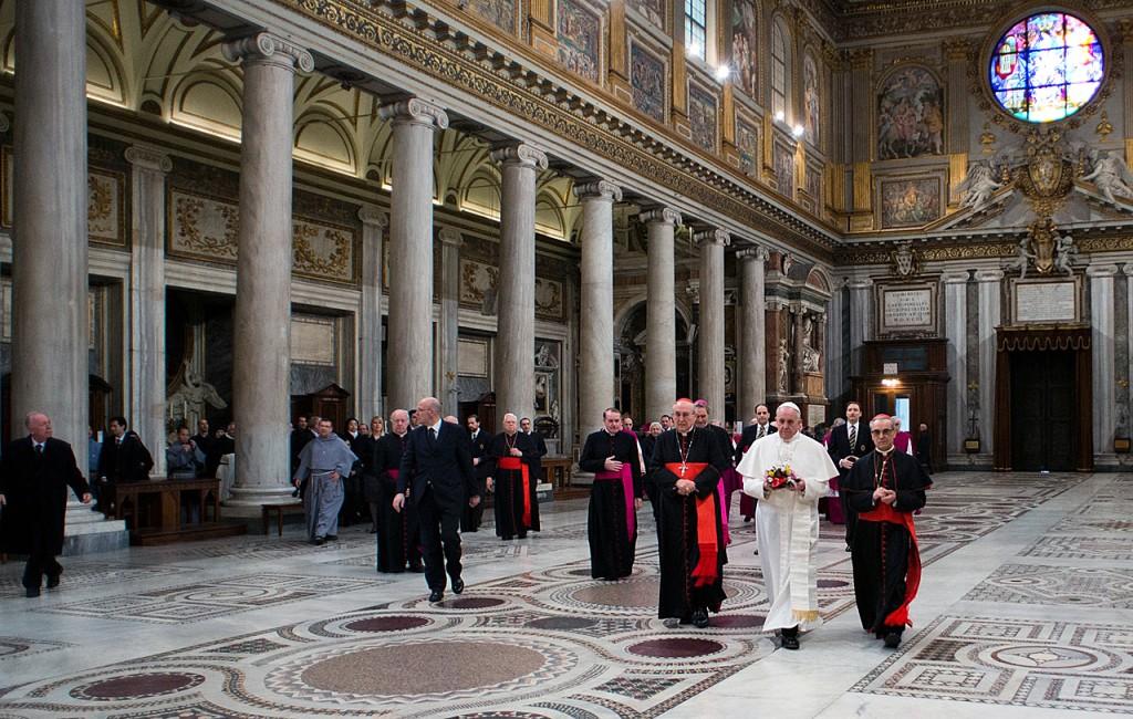 El Papa Francisco camina por los pasillos de El Vaticano