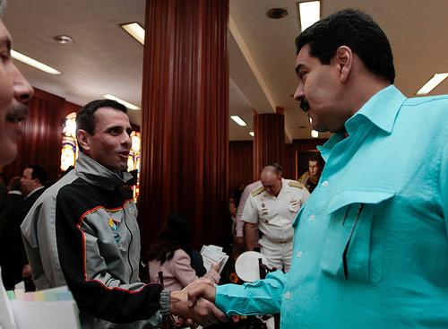 Algo impensable en este tiempo, Capriles y Maduro se dan la mano.