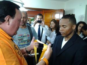 El alcalde de Carrizal, José Luis Rodríguez al momento de condecorar al campeón Liborio Solis.