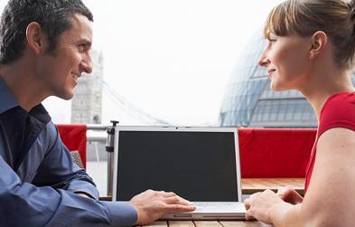 Las parejas que se relación por las redes sociales son más duraderas