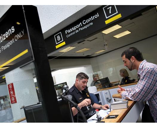 Piden aumentar inspectores de control de pasaportes en el MIA